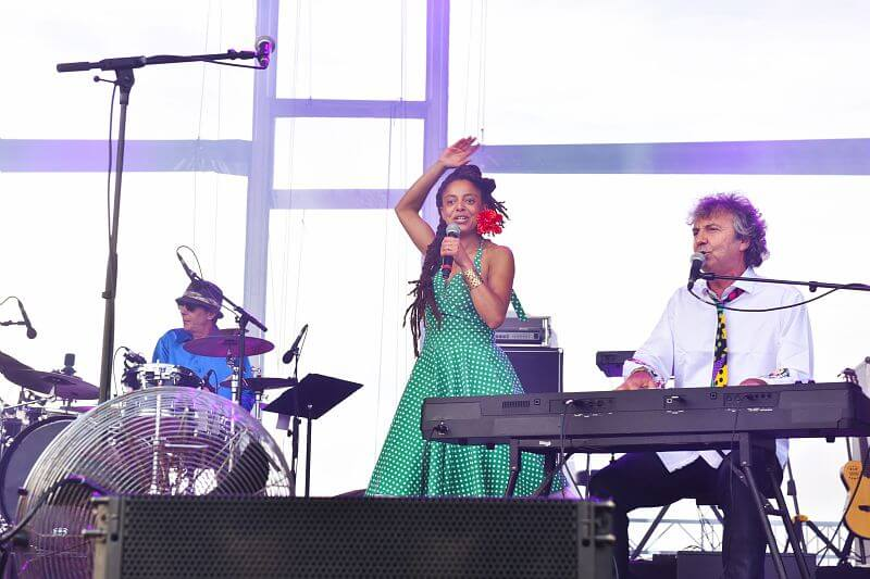 Normandie pour la Paix : le concert pour la Paix   Premiere partie : Malo puis Debaduo Et Marquito